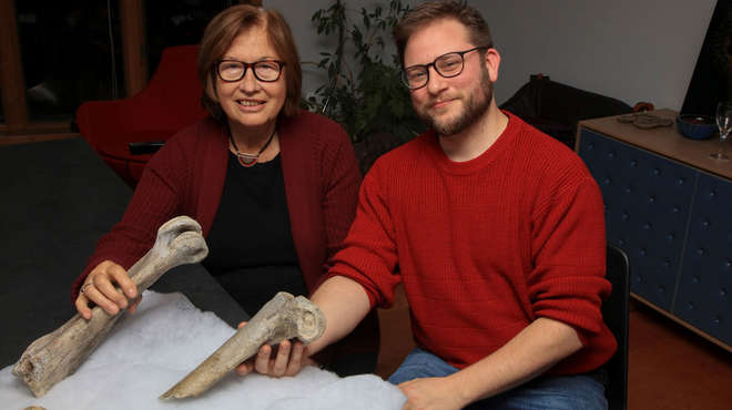 Dr Pat Wright and Dr James Hansford pose with the bones